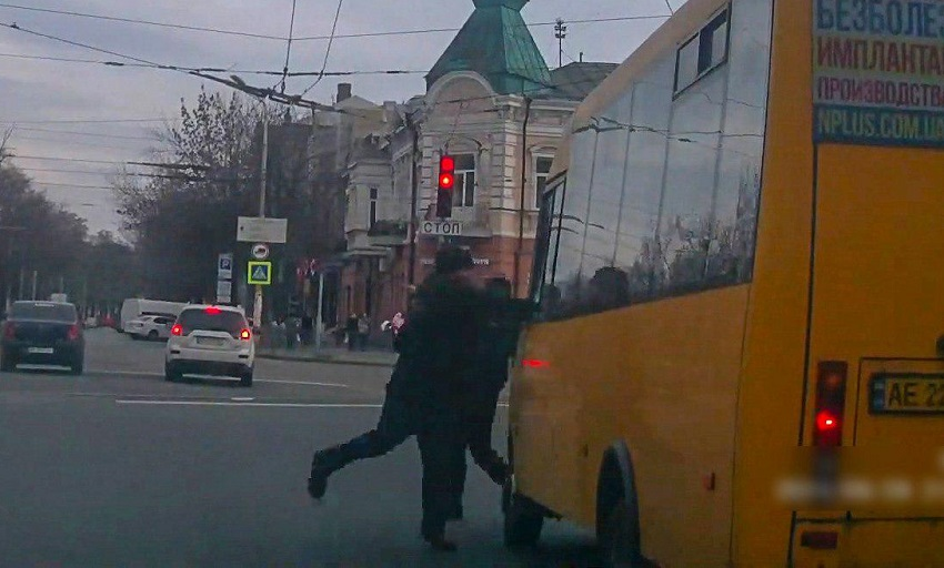 В Днепре пешеход разбил стекло в маршрутке. Новости Днепра