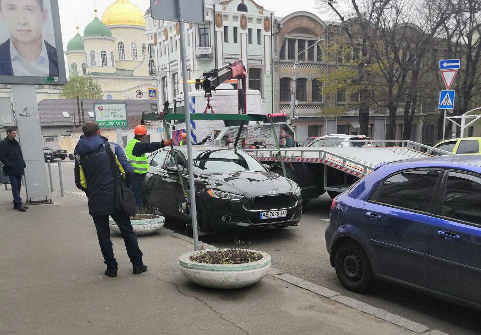 В центре Днепра массово эвакуируют автомобили. Новости Днепра