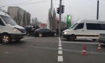 Серьезное ДТП в Днепре: от удара авто отбросило на тротуар с пешеходами