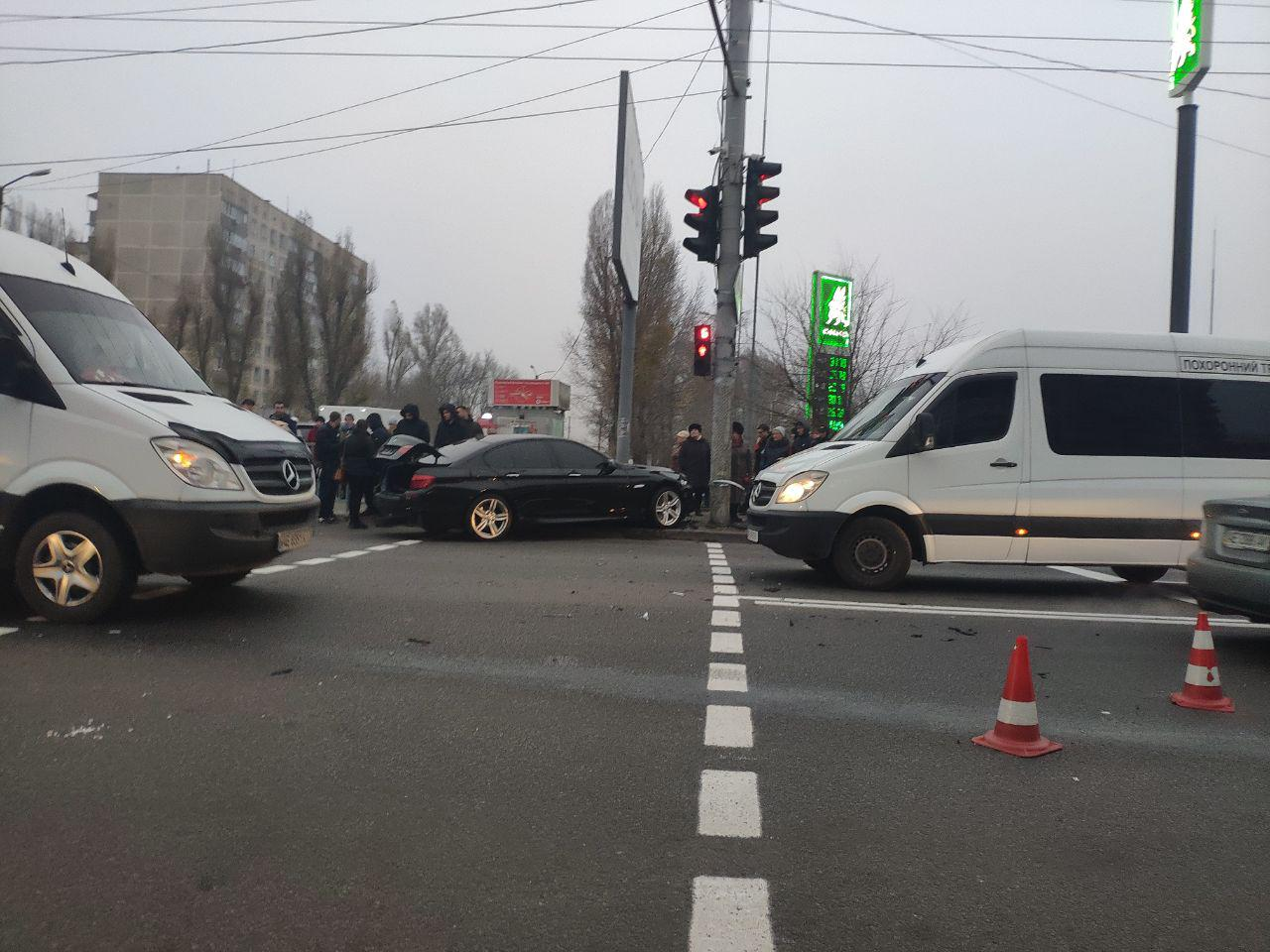 Серьезное ДТП в Днепре: от удара авто отбросило на тротуар с пешеходами. Новости Днепра