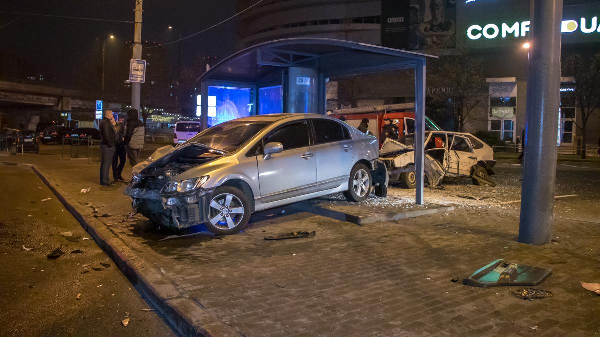 В Днепре автомобили снесли остановку. Новости Днепра