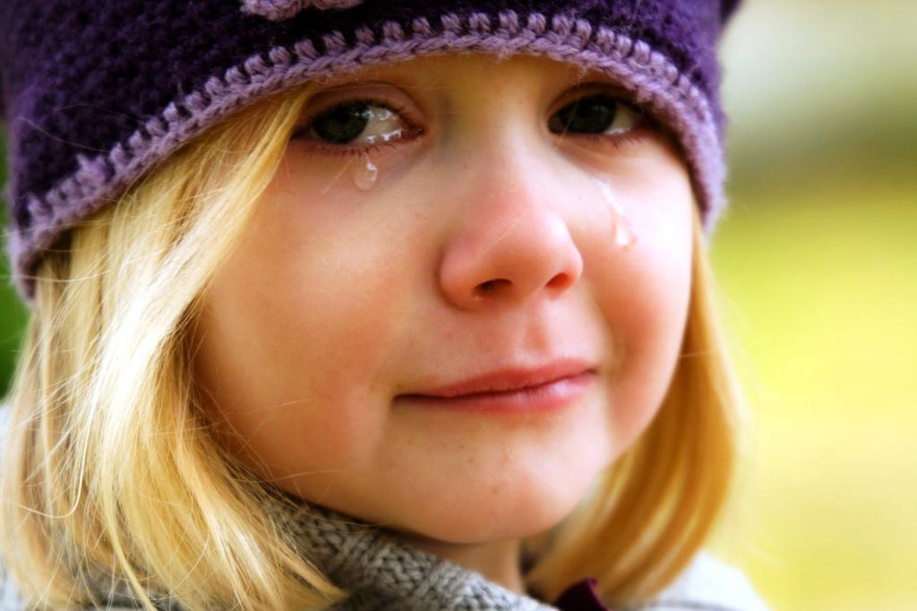 Сидела на остановке и плакала: полицейские помогли 9-летней девочке. Новости Днепра