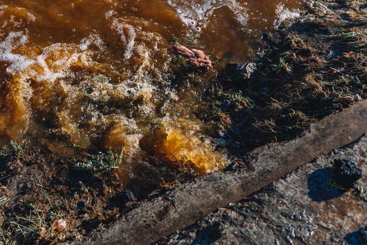Фонтан ржавой воды заливает Днепр. Новости Днепра
