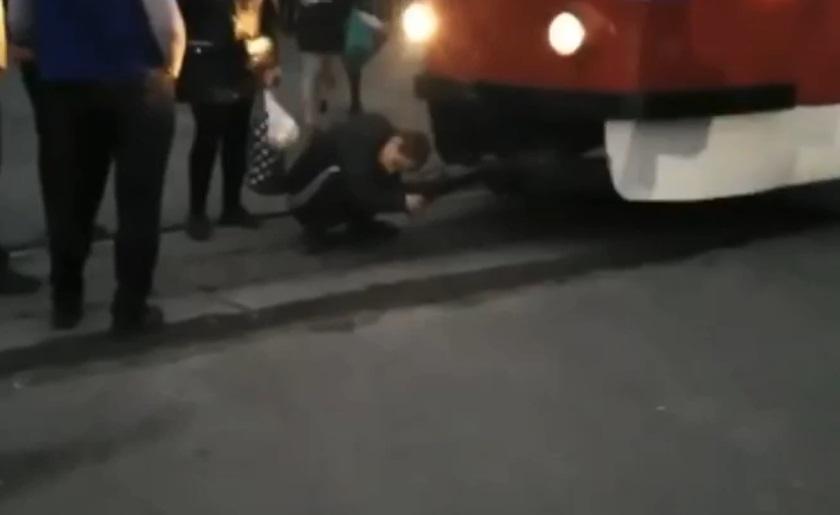 «Вцепился»: в Днепре мужчина заблокировал движение трамваев. Новости Днепра