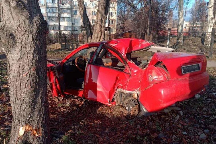 Автомобиль «слетел» с дороги в дерево: машина «всмятку». Новости Днепра