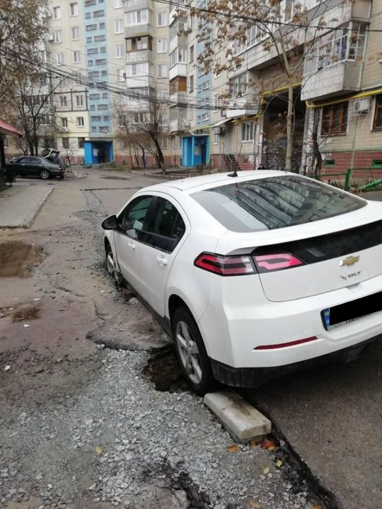 В Днепре авто провалилось под землю из-за коммунальщиков. Новости Днепра