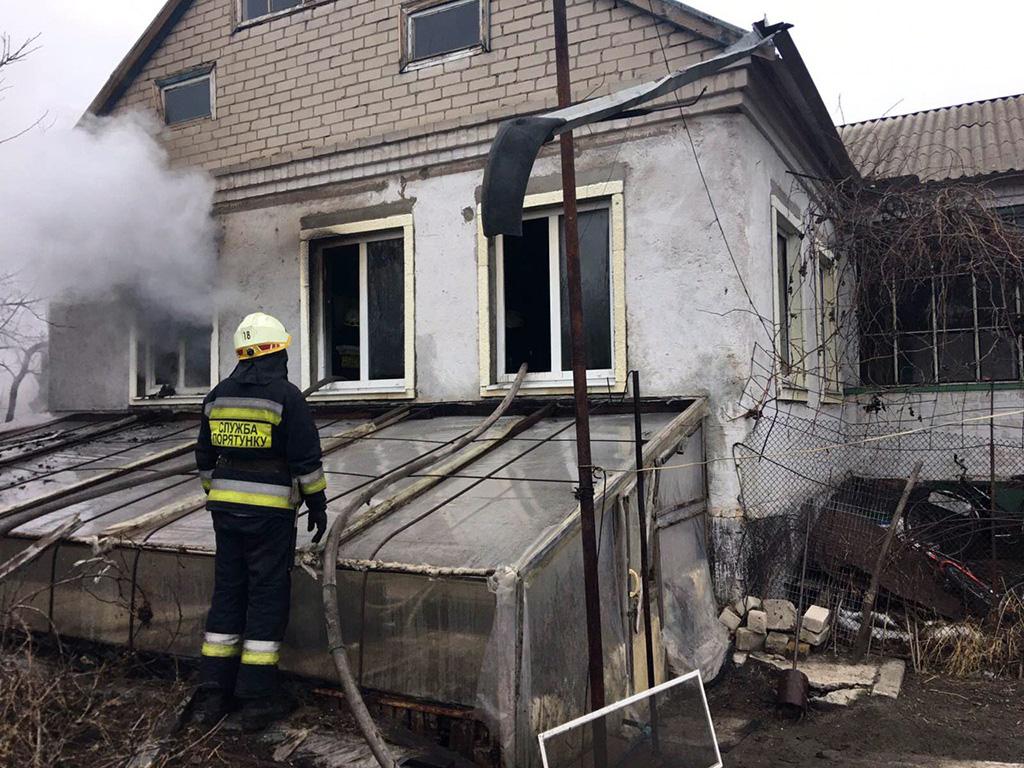 Жилой дом загорелся, пока внутри находился человек: подробности. Новости Днепра