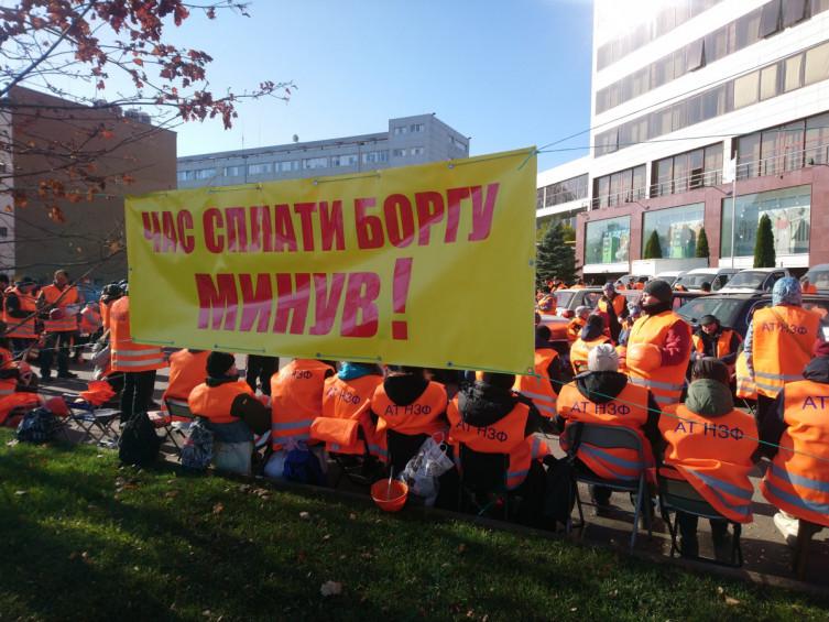 Митингующие под «Приватом» отправились в «поход» по городским отделениям банка. Новости Днепра