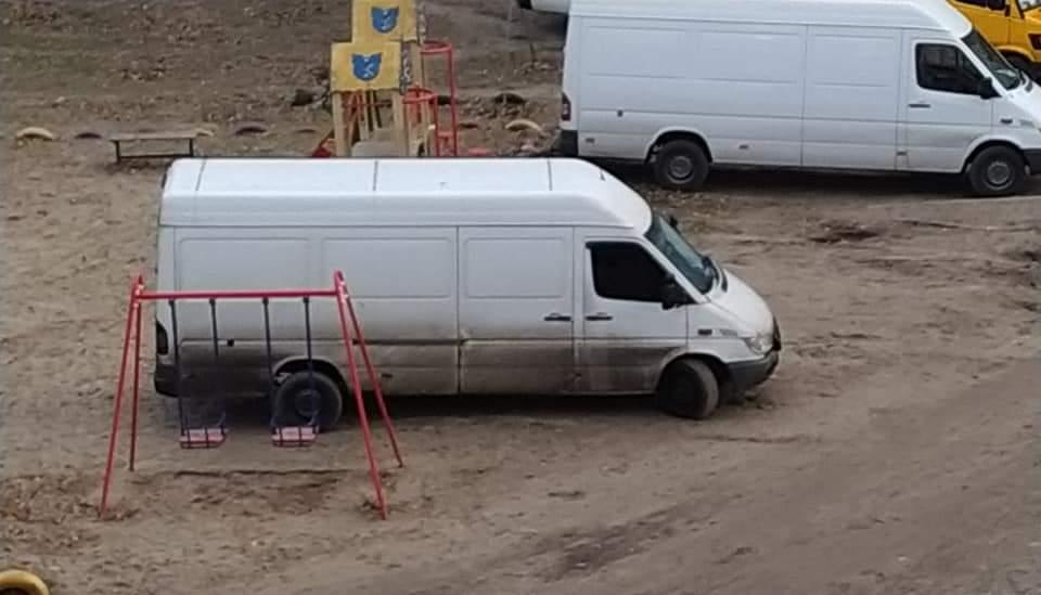 В Днепре детскую площадку превратили в парковку. Новости Днепра