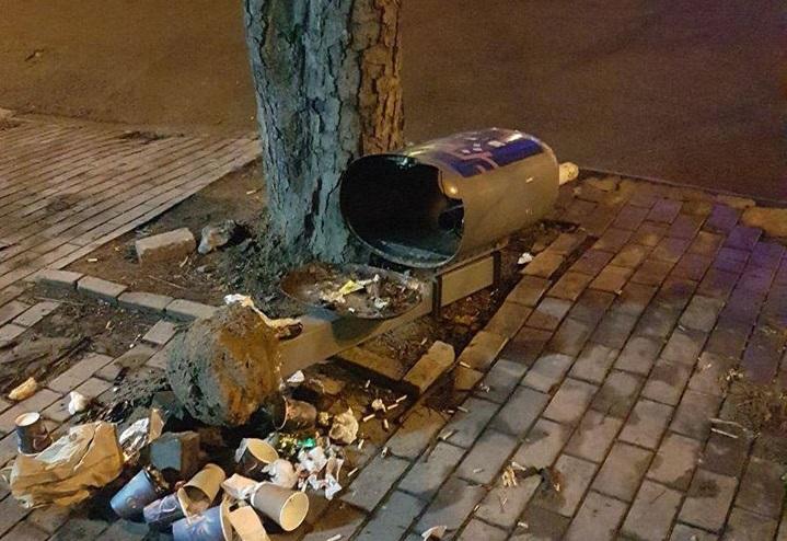 В Днепре пойманы любители ломать урны и разбрасывать мусор по городу. Новости Днепра