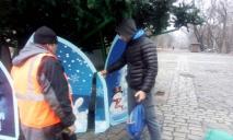 «Не успели поставить»: в Днепре ребенок повредил Новогоднюю елку в парке