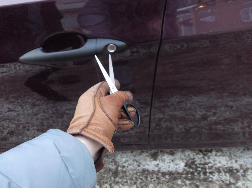 «Машины в опасности»: в Днепре орудовал хулиган с ножницами. Новости Днепра