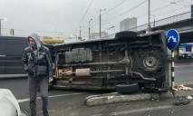 Масштабное ДТП на съезде с моста в Днепре: перевернулся микроавтобус