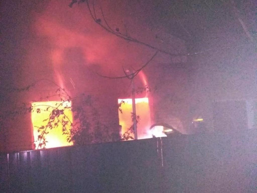 Пожежа в житловому будинку: будівля охопив вогонь. Новини Дніпра
