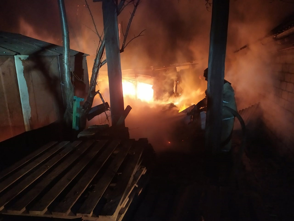Масштабный пожар: огонь тушили 13 спасателей. Новости Днепра