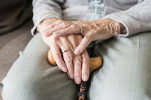 Пенсионерку оставили мерзнуть на остановке. Новости Днепра