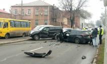 В Днепре столкнулись два авто: улица перекрыта, на дорогах пробки