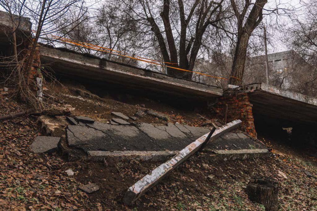 В Днепре частично обвалился мост: проход перекрыт. Новости Днепра