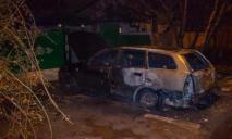 Поджог авто в Днепре: огонь уничтожил две машины