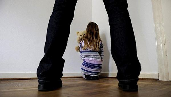 Пьяный мужчина совращал свою 3-х летнюю дочь на глазах у соседки. Новости Днепра