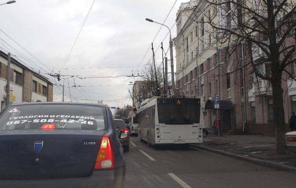 В центре Днепра «притерлись» троллейбус и авто: на дороге пробка. Новости Днепра
