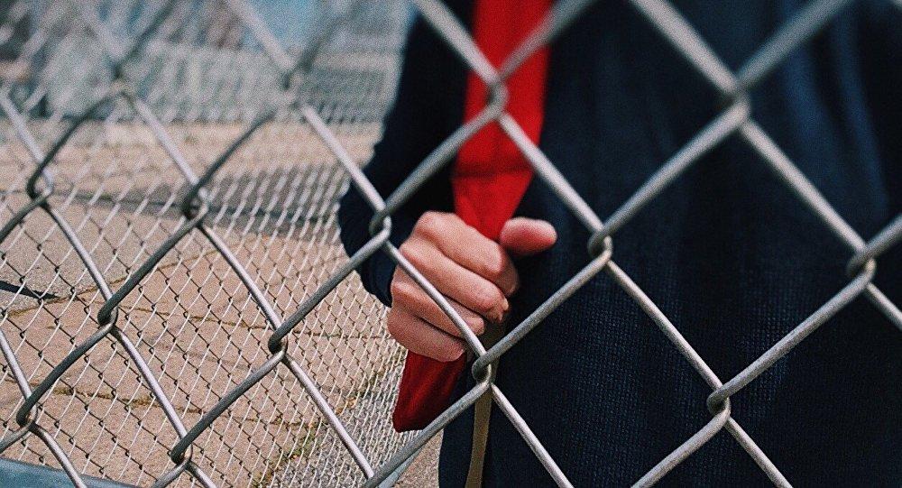 Двое несовершеннолетних сломали забор на железнодорожной платформе. Новости Днепра