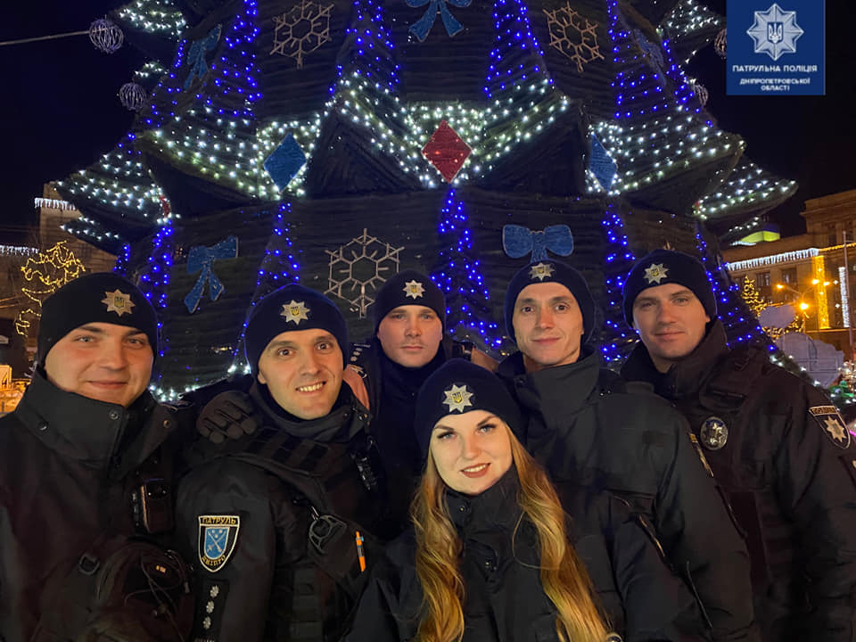 Патрульные Днепра поздравили горожан с зимними праздниками. Новости Днепра