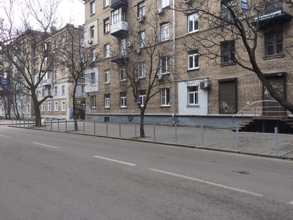В Днепре на одной из центральных улиц установили антипарковочные столбики. Новости Днепра