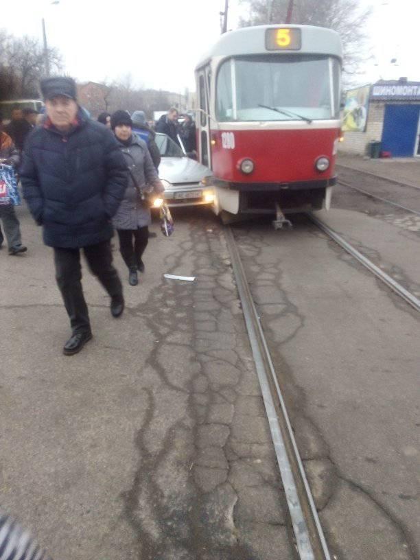 ДТП в Дніпрі: авто врізалося в трамвай. Новини Дніпра