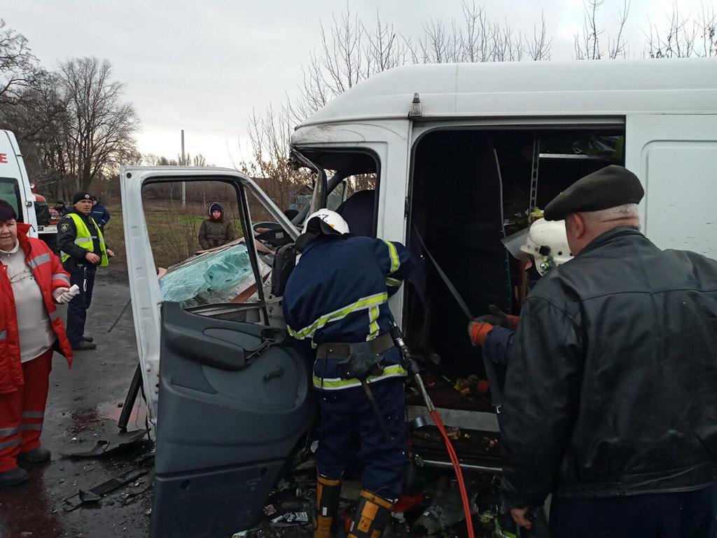 Микроавтобус влетел в грузовик: водителя вырезали спасатели. Новости Днепра