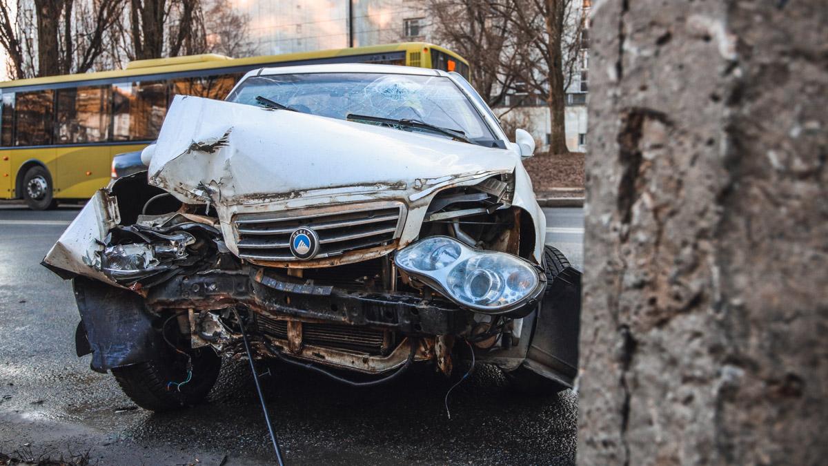 В Днепре авто «подрезали» и оно протаранило столб: момент ДТП попал на видео. Новости Днепра