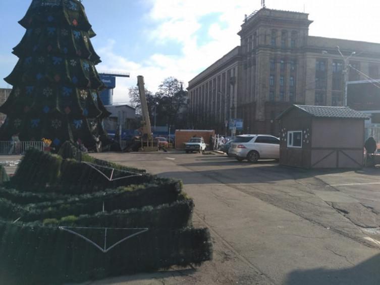 В центре Днепра демонтируют главную елку города. Новости Днепра