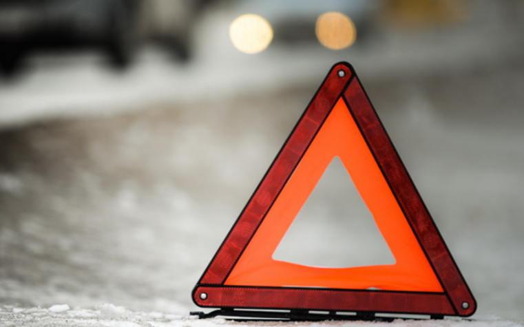 В Днепре авто подрезали и оно протаранило отбойник: момент ДТП попал на видео. Новости Днепра