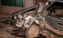 В Днепре автомобиль врезался в дерево: пострадал водитель