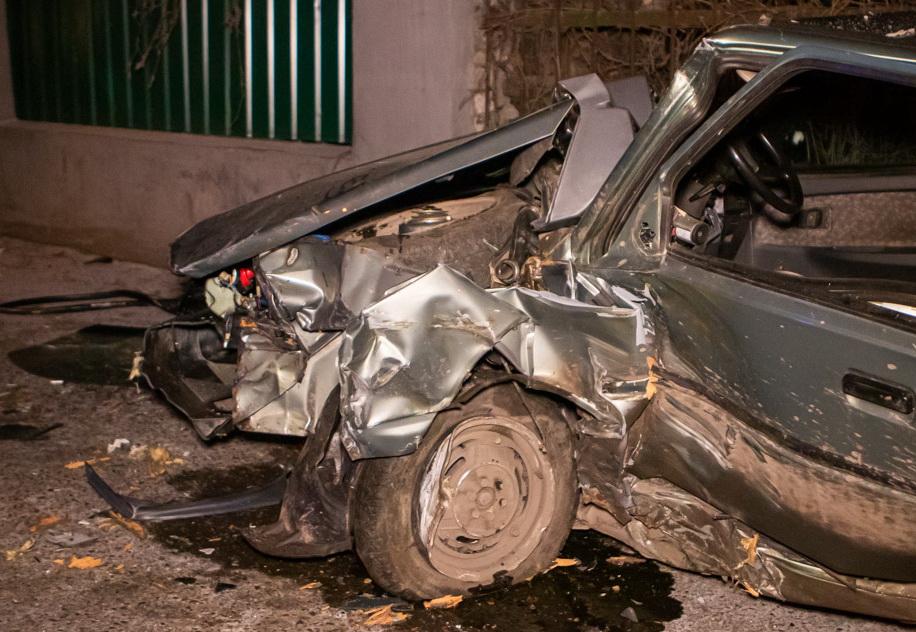 В Днепре автомобиль врезался в дерево: пострадал водитель. Новости Днепра