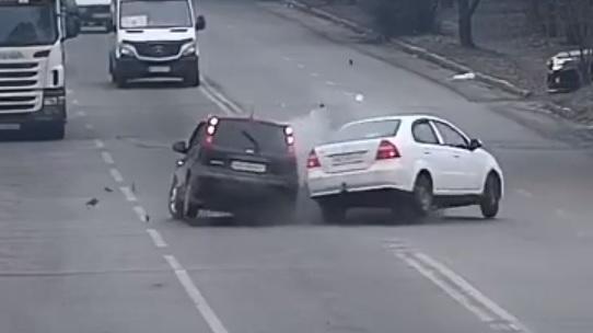 Автомобили «разбросало» по дороге: видео момента ДТП в Днепре. Новости Днепра