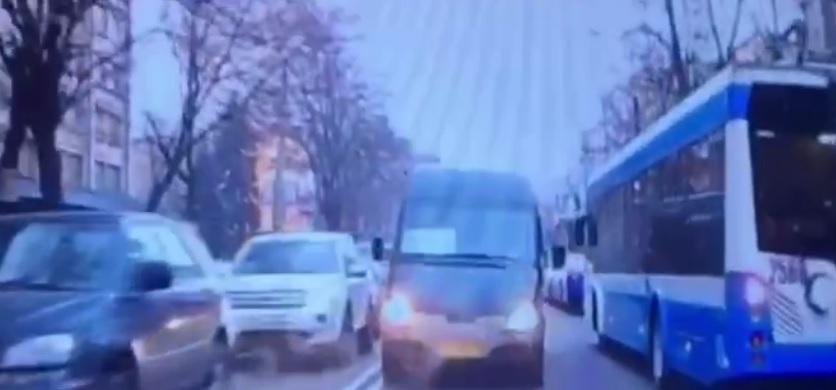 В Днепре маршрутка с пассажирами выехала на встречку: что будет с водителем. Новости Днепра