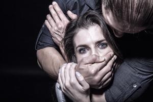 Мужчина пытался изнасиловать и изрезал ножом девушку. Новости Украины