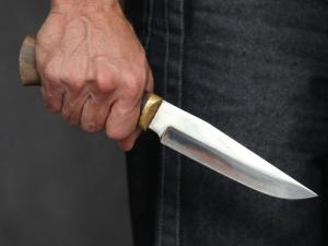 Мужчина с ножом бросался на прохожих. Новости Днепра