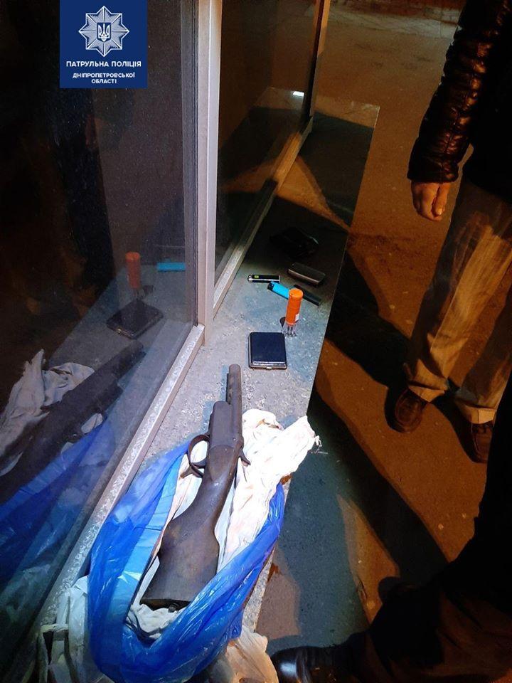 Мужчина с оружием в пакете разгуливал по городу. Новости Днепра