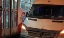 Микроавтобус влетел в толпу: водитель пытался избежать столкновения с трамваем