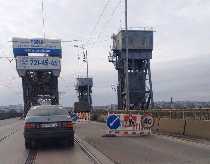 Из-за ремонта сузили Амурский мост. Новости Днепра