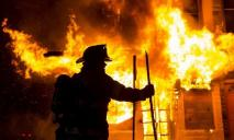 Мужчина чуть не сгорел заживо в собственной квартире: пострадавший в больнице