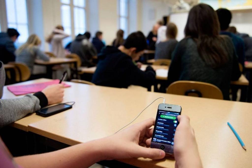 В Украине предлагают запретить школьникам использовать смартфоны на уроках. Новости Украины