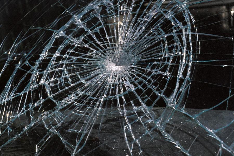В Днепре неизвестный разбил стекла двух авто. Новости Днепра