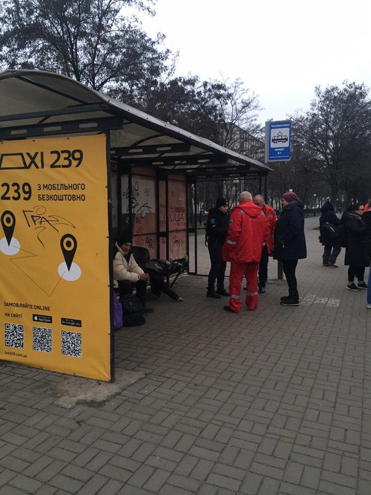 Женщина умерла на остановке общественного транспорта. Новости Днепра