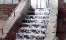 «Водопад» в Днепре: спальный район заливает водой