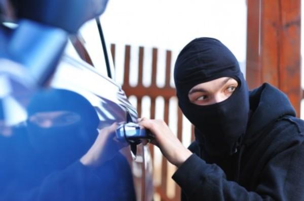 Мужчина обворовывает машины. Новости Днепра