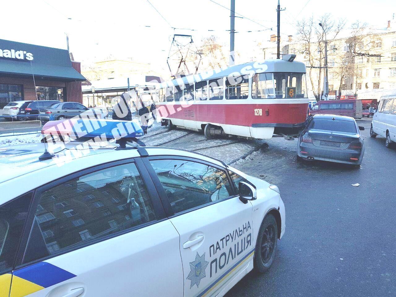 В Днепре трамвай сошел с рельс и врезался в авто: момент ДТП попал на видео. Новости Днепра