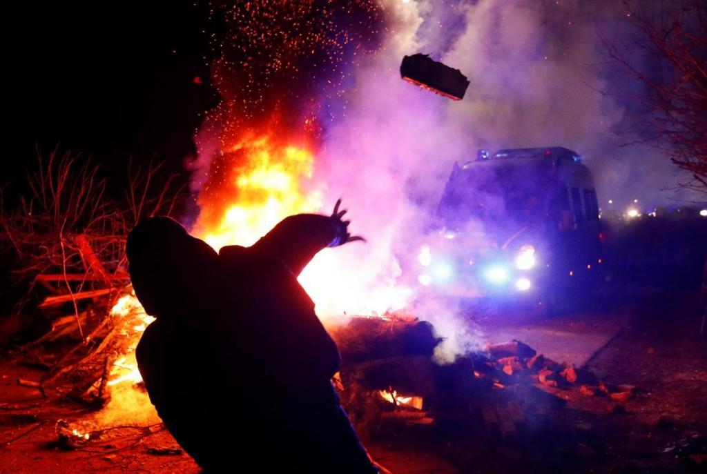 Жгли шины и забросали автобусы камнями: как встретили эвакуированных из Китая. Новости Украины